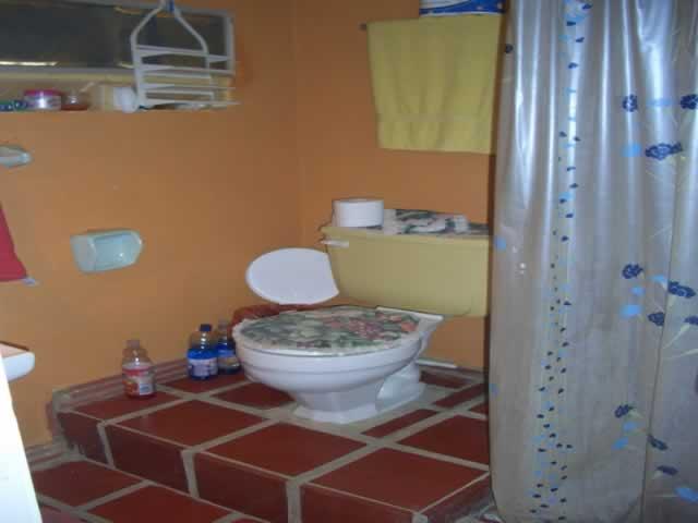 Casita colonial interiores for Banos interiores para casa